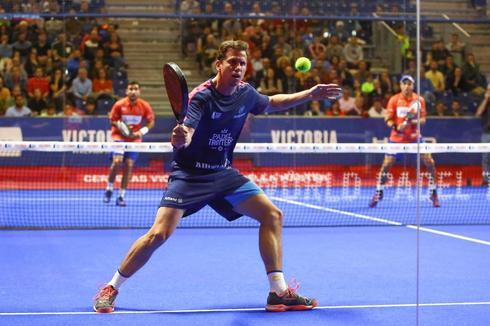 Paquito Navarro golpea la bola en la semifinal de Marbella.