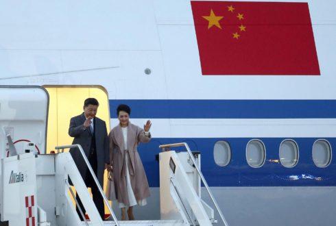 El presidente de China, Xi Jinping, y su mujer, Peng Liyuan, a su llegada al aeropuerto de Roma el pasado jueves.,