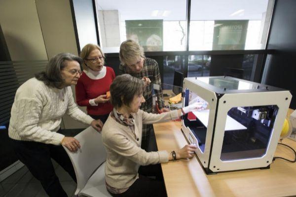 Varias alumnas en el taller de tres dimensiones.