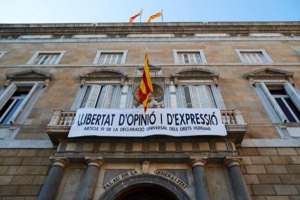 """-FOTODELDIA- GRAFCAT6130. BARCELONA.- El presidente catalán, Quim Torra, ha decidido colgar este viernes al mediodía una nueva <HIT>pancarta</HIT> en el balcón del Palau de la <HIT>Generalitat</HIT>, con el lema """"Libertad de opinión y expresión. Artículo 19 de la Declaración Universal de Derechos Humanos"""". La <HIT>pancarta</HIT> ha sido colgada sobre las 15.05 horas por personal del Palau de la <HIT>Generalitat</HIT>, después de que al filo de las 12:30 horas dos operarios retiraran otra a favor de """"presos políticos y exiliados"""", con un lazo blanco y una franja roja."""