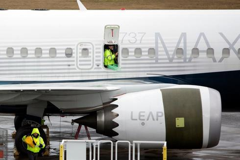 Un hombre trabaja en un 737 MAX en la fábrica de Boeing en Renton.