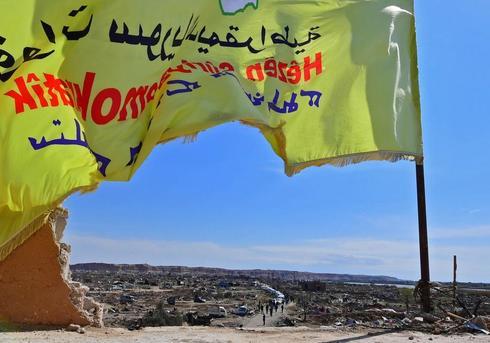 Una bandera de las Fuerzas Democráticas Sirias (SDF) ondea sobre Baguz.