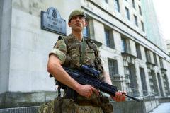 Un soldado junto al Ministerio de Defensa, en Londres.