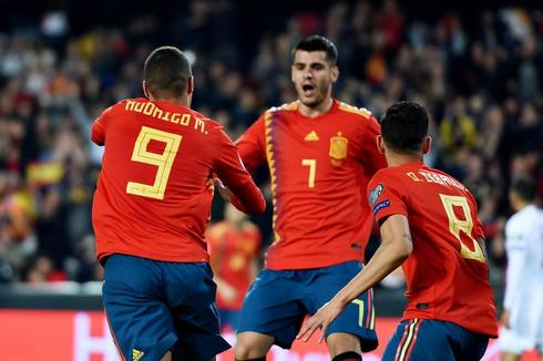 Rodrigo celebra el primer gol de España ante Noruega en Mestalla.
