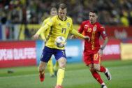 El sueco Claesson (izda) y el rumano Stanciu se disputan el balón.
