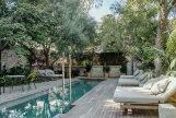El jardín con piscina.