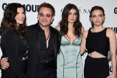 Bono y sus tres hijas.