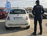 Un agente de la Policía Nacional junto al coche robado.
