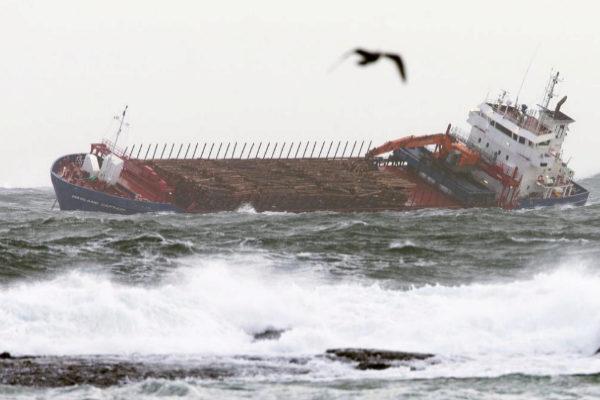 Vista del carguero noruego 'Hagland Captain' con problemas de motor,...