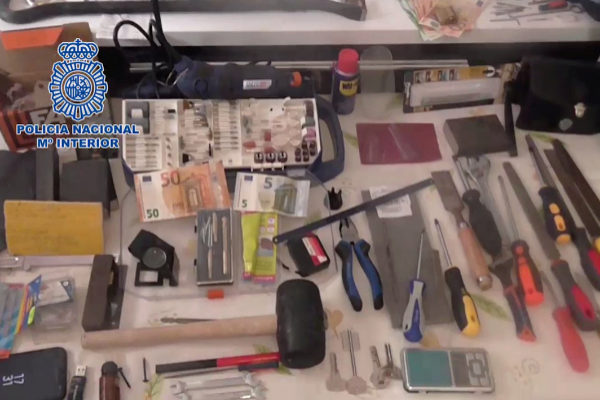 Imagen de algunas de las herramientas que empleaban los ladrones para entrar en las viviendas.