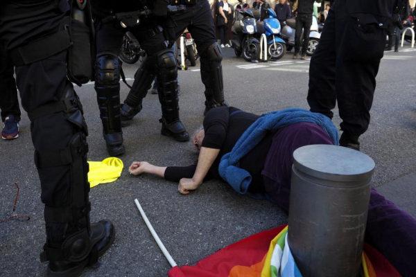 La mujer herida tendida en el suelo tras la carga policial ayer en Niza (Francia)