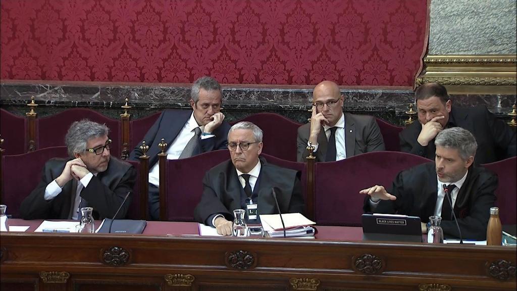 El abogado de Oriol Junqueras (detrás a la derecha), Andreu Van Den Eynde (abajo a la derecha),durante la jornada en la que continúan las testificales de los guardias civiles que participaron en la investigación del proceso soberanista
