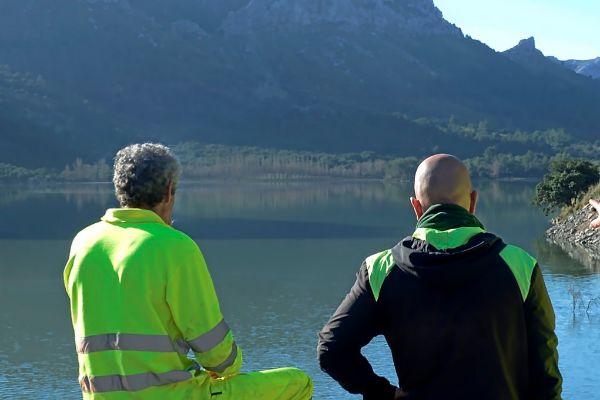 Técnicos de Emaya frente al embalse del Gorg Blau.