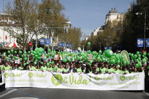 Miles de personas se manifiestan bajo el lema 'Sí a la vida'.