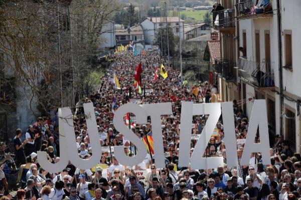 """Manifestantes exigen """"justicia"""" en Alsasua."""