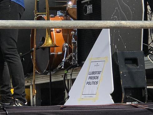 Cartel en el escenario del concierto infantil celebrado el sábado en Sant Josep (Ibiza).
