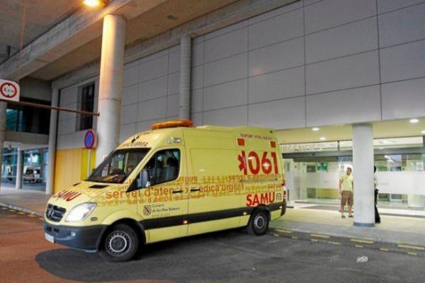 Un ambulancia del 061 en Son Espases.