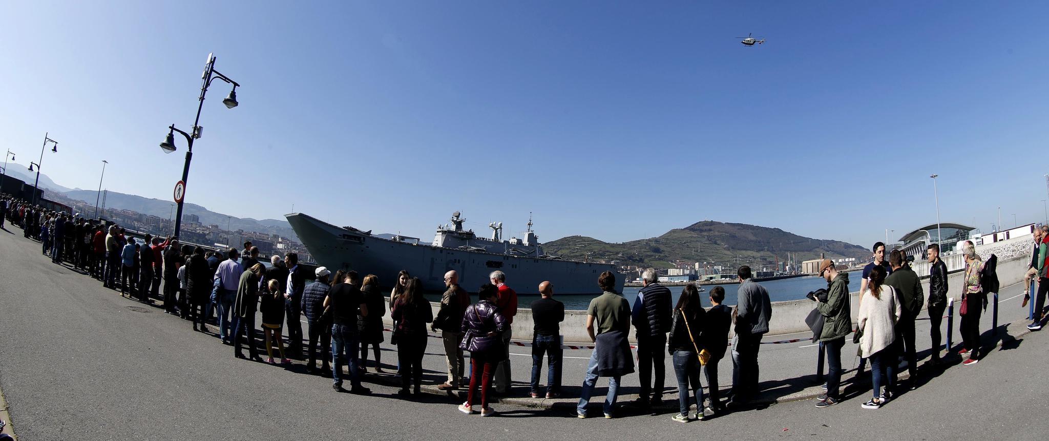 Colas de ciudadanos en el puerto de Getxo para poder acceder al barco.