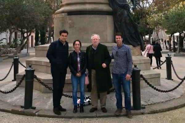 Irma y Tomeu Berga en el centro, junto con miembros de la ejecutivo de Sociedad Civil Balear en Ibiza.
