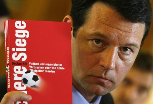 Declan Hill posa con su libro 'The fix', años atrás.