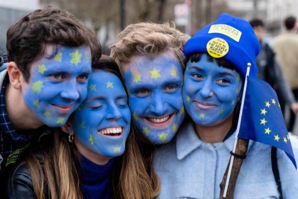 Jóvenes con las caras pintadas con la bandera europea se manifiestan en Londres.