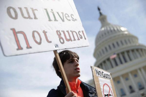 Un joven, en una protesta para exigir el control de armas en EEUU.