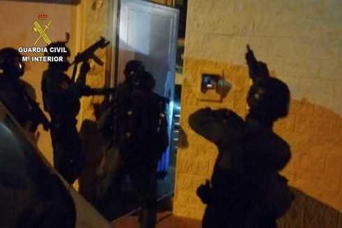 Los agentes, durante la intervención policial.