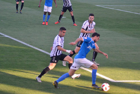Óscar Fernández presiona a un rival, este domingo, en Lleida.