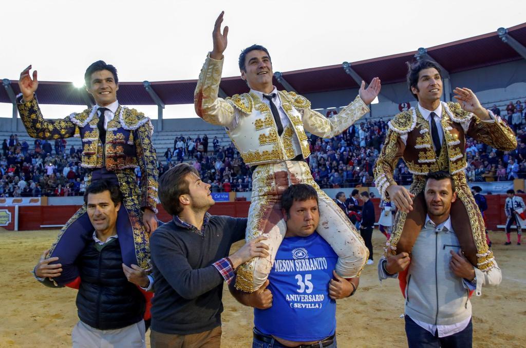 Jesulín de Ubrique sale a hombros entre Pablo Aguado y Cayetano