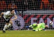 Schulz festeja ante Cillessen el gol del triunfo en Amsterdam.
