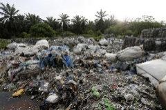 Montañas de basura se amontonan en un vertedero improvisado en Malasia.
