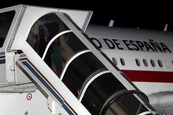 Los reyes descienden de su avión este domingo en Buenos Aires (Argentina). Tras una hora esperando una escalera adecuada. | EFE