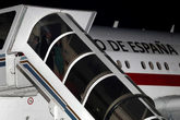 Los reyes descienden de su avión este domingo en Buenos Aires...