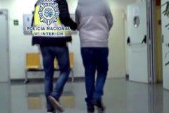 El jubilado de 689 detenido en Valladolid con centenares de vídeos de pornografía infantil, en compañía de uno de los agentes investigadores de la causa.