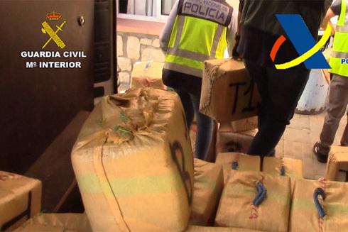 Incautados 3.000 kilos de hachís procedentes de Gibraltar y Marruecos en una embarcación 'caletada'