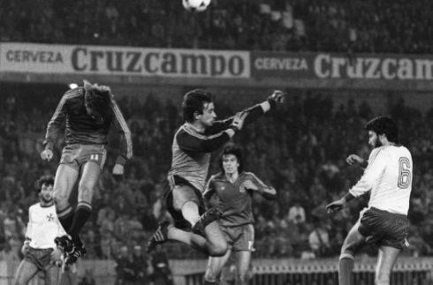John Bonello, ante Carrasco, en el 2-1 de España a Malta en 1983.