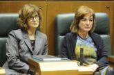 La consejera de Salud, Nekane Murga, ya sentada en su escaño junto a Cristina Uriarte.