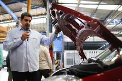 Nicolás Maduro, en una visita a una fábrica de coches.