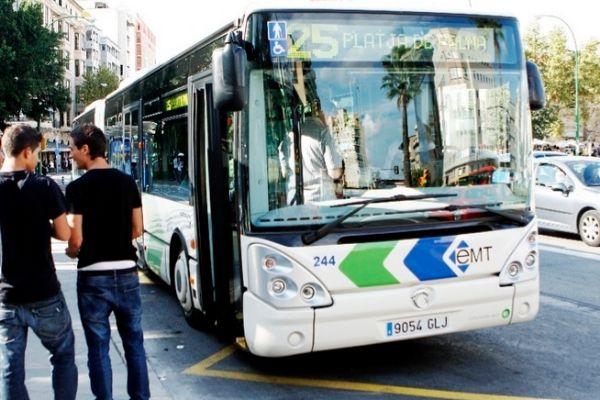 Autobús de la línea 25 de la EMT en la plaza de España de Palma.