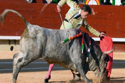 Paco Ramos, de Onda, lució de verde manzana en una actuación seria que le valió la oreja.