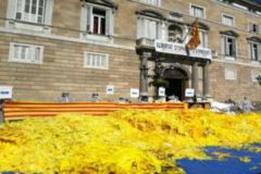 Responden a Torra con kilos de lazos frente a la Generalitat