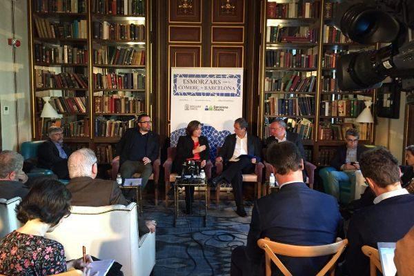 La alcaldesa Ada Colau en el debate organizado por las asociaciones de comerciantes de la ciudad.