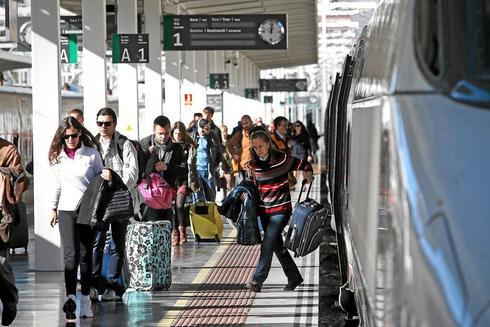 Viajeros bajando de uno de los trenes AVE que llegan a Alicante, en imagen de archivo.