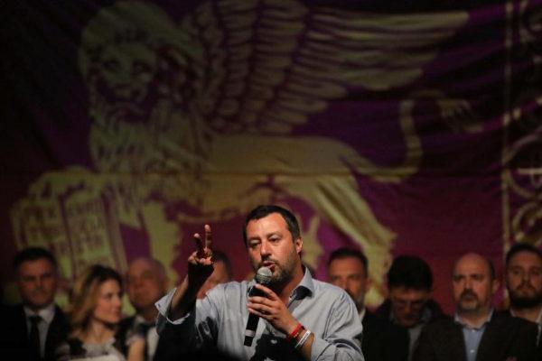 EPA6037. TREVISO (ITALIA).- El viceprimer ministro y titular de Interior italiano, Matteo Salvini, da un discurso durante un evento de la Liga, el domingo 24, en Treviso (Italia). La coalición de centroderecha sobre todo gracias a los resultados de la Liga ganó las elecciones celebradas este domingo en la región de <HIT>Basilicata</HIT>, en el sur de Italia, tras 24 años de gobierno del centroizquierda y en la que es la última cita electoral antes de las Europeas de mayo.
