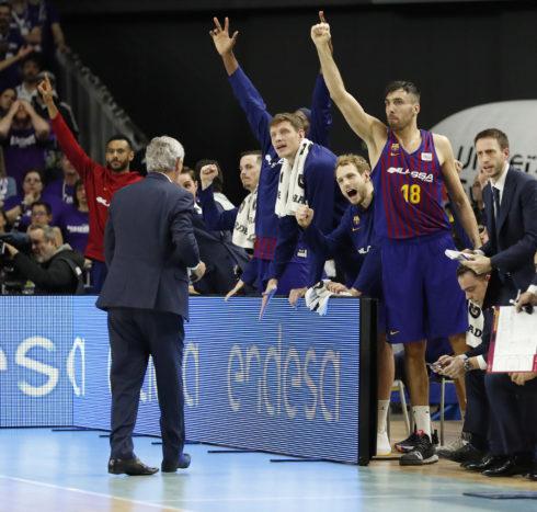 Oriola, en el banquillo del Barça, celebrando una canasta.
