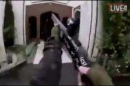 Momento en el que el terrorista encara una de las mezquitas neozelandesas.