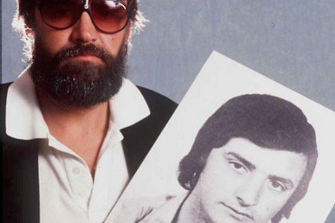El espía, camuflado, sujeta la foto con la que la izquierda abertzale y ETA lo identificaban en 1975.
