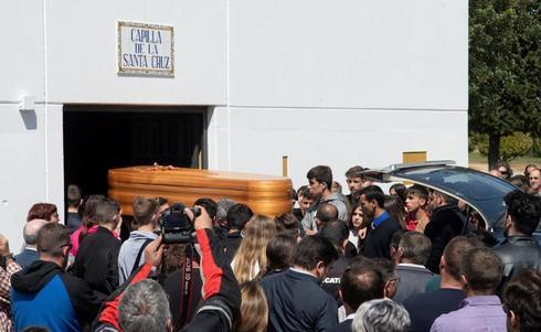 Familiares y amigos de Marcos Garrido acompañan el féretro a la entrada de la capilla del cementerio municipal de Rota.