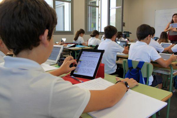 Varios alumnos en las aulas de Caxton College.