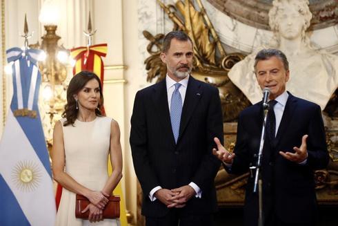 Los Reyes Felipe y Letizia, junto al presidente argentino, Mauricio Macri